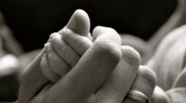 Carousel_normal_kindermisbruik__kinderporno__kind__baby__handen__moeder__ouders__geboorte