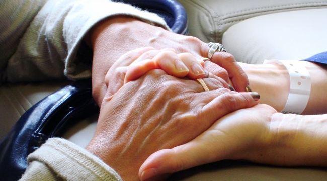 Carousel_ouderen_handen_thuiszorg_steun