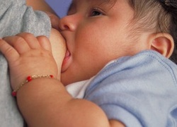 Normal_borstvoeding_baby_borst_voeding